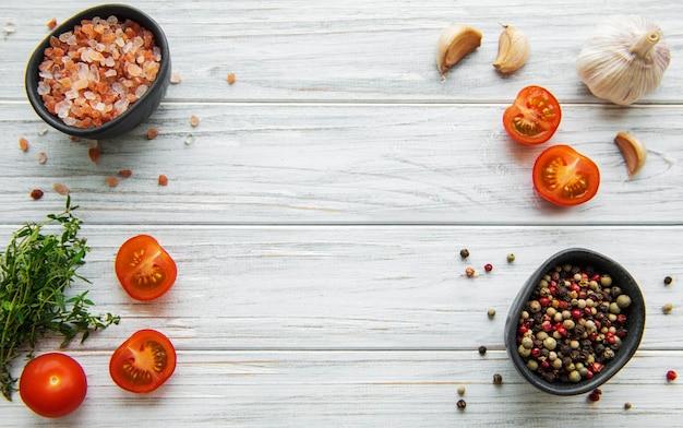 Tomate, basilic et poivron à l'ail sur une surface en bois blanche
