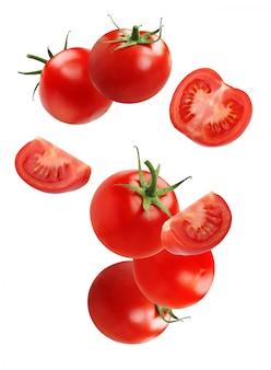 Tomate en chute (volante), isolée sur fond blanc. légume entier, moitiés et tranches.