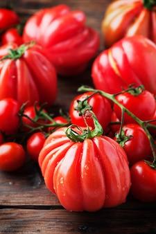 Tomate douce rouge sur la table en bois