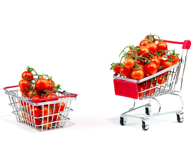 Tomate fraîche sur le blanc clair