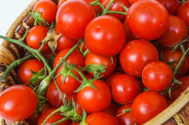 Tomate de jardin fraîche dans un panier