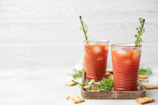 Tomate pressée fraîche avec des craquelins