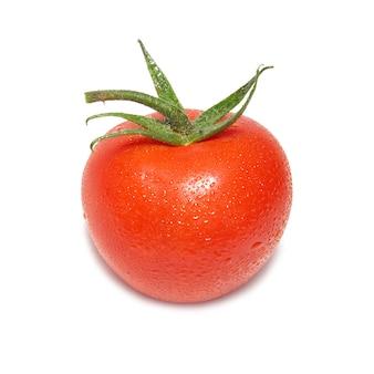 Tomate rouge avec des gouttes d'eau isolées
