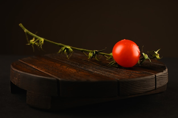 Tomate rouge sur table en bois
