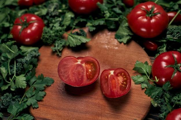 Tomate tranchée juteuse sur une planche de bois