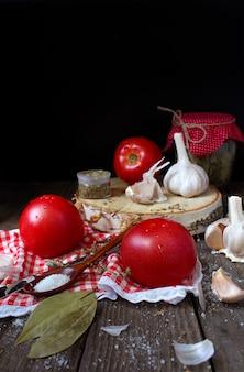 Tomates à l'ail à la maison en bois