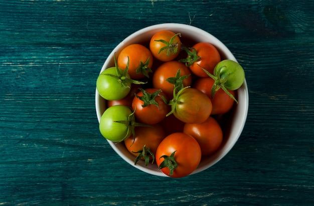Tomates, ail sur une surface en bois.