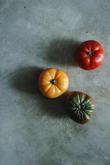 Tomates anciennes colorées, fraîches et biologiques