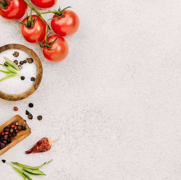 Tomates et assaisonnements