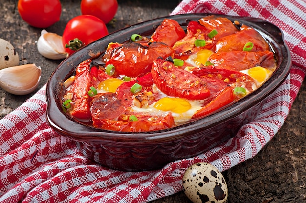 Tomates au four à l'ail et aux œufs décorées avec des oignons verts