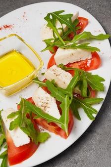 Tomates au fromage, roquette et miel. cadre vertical