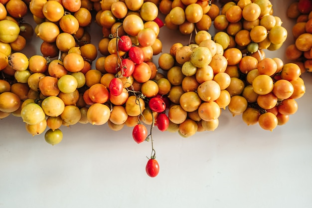 Tomates cerises accrochées au mur dans le sud de l'italie