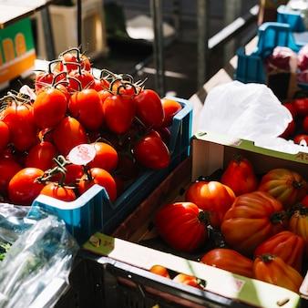 Tomates cerises et anciennes dans la caisse