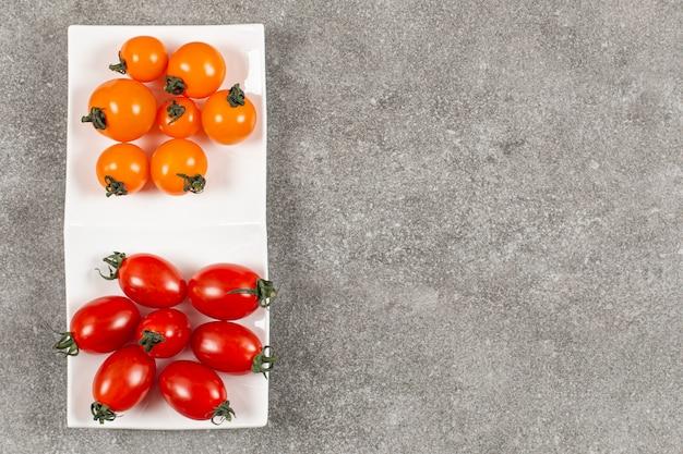Tomates cerises biologiques fraîches. rouge et jaune.