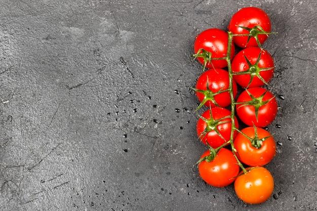 Tomates cerises sur une branche