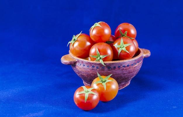 Tomates cerises dans un bol en argile