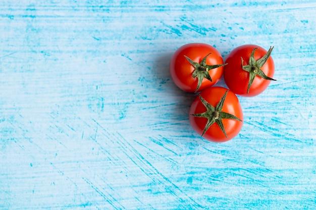 Tomates cerises sur fond de coup de pinceau bleu