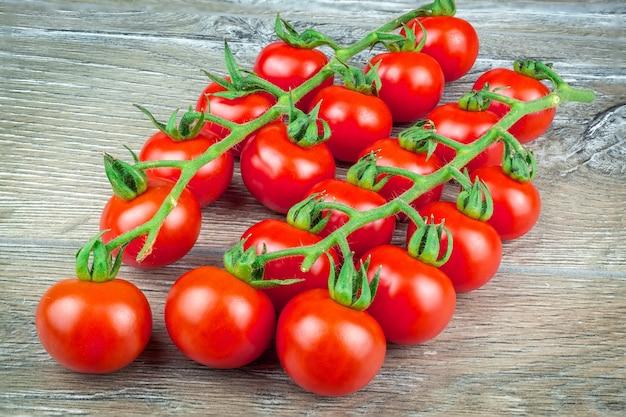 Tomates cerises sur fond gris