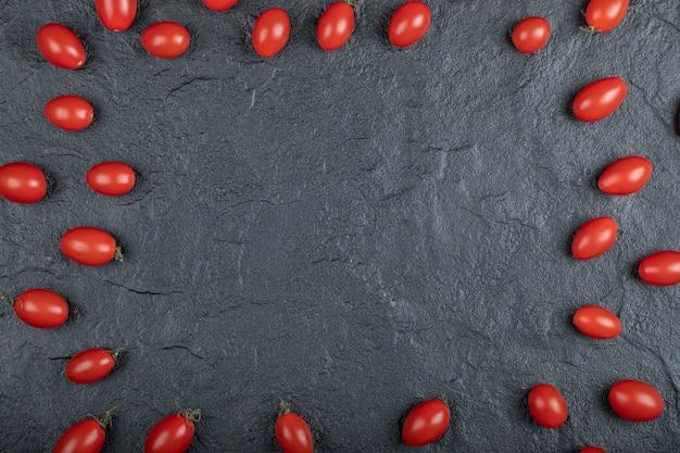 Tomates cerises sur fond noir. photo de haute qualité