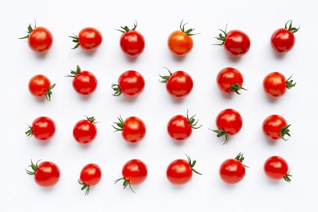 Tomates cerises fraîches sur blanc