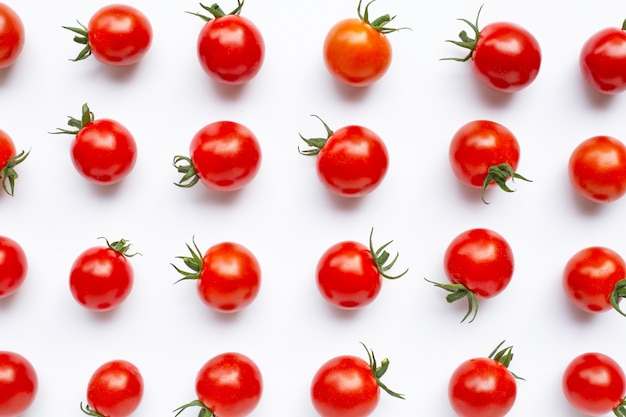 Tomates cerises fraîches sur fond blanc.