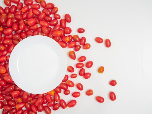 Tomates cerises fraîches sur fond blanc