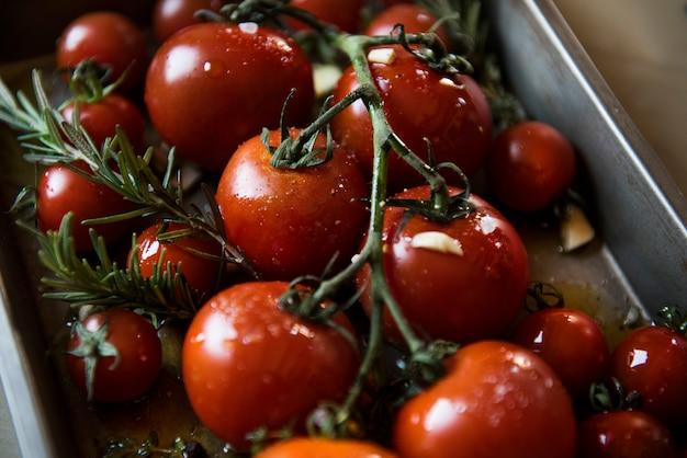 Tomates cerises avec idée de recette photographie au romarin