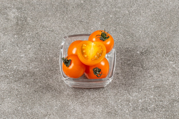 Tomates cerises jaunes entières et coupées.
