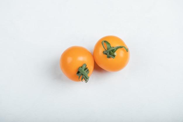 Tomates cerises jaunes isolés sur fond blanc. mise à plat, vue de dessus. photo de haute qualité