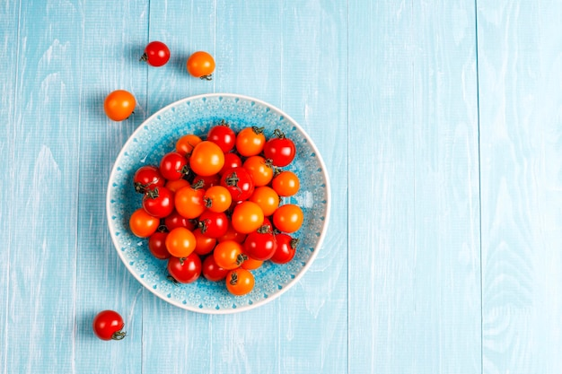 Tomates cerises jaunes et rouges.
