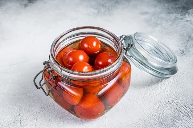 Tomates cerises marinées dans un bocal en verre