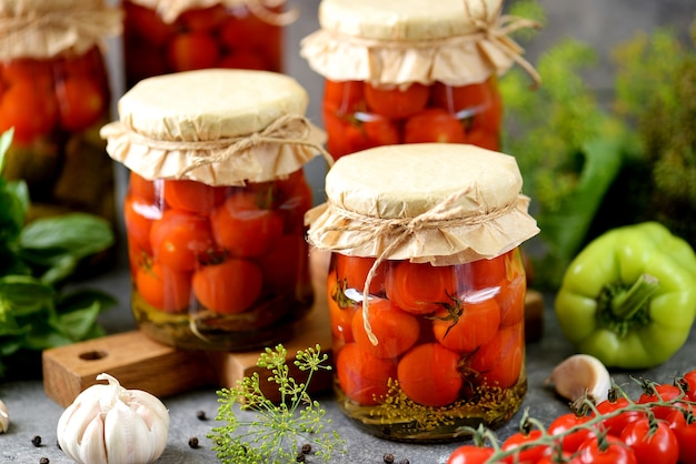 Tomates cerises marinées maison à l'aneth et à l'ail