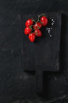 Tomates cerises sur noir