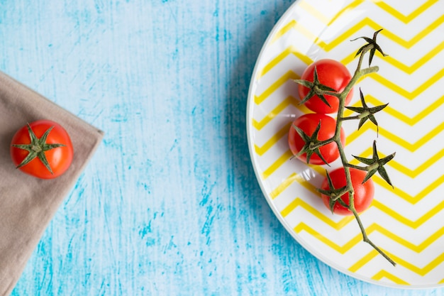 Tomates cerises sur plaque rayée jaune