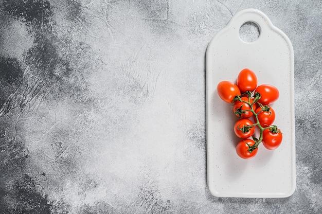 Tomates cerises rouges sur blanc