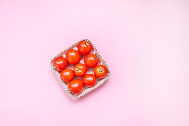 Tomates cerises rouges dans un panier tressé
