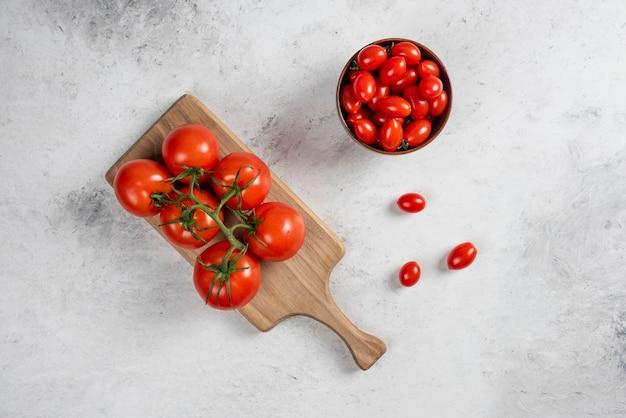 Tomates cerises rouges fraîches sur un bol en bois
