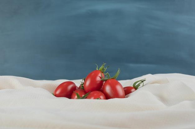 Tomates cerises rouges isolées.