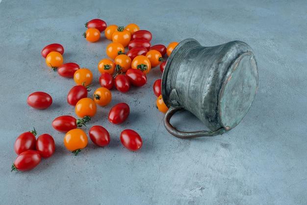 Tomates cerises rouges et jaunes sur un bleu.
