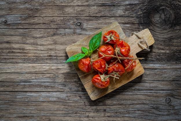 Tomates cerises séchées sur bois