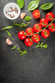 Tomates cerises sur table en pierre sombre