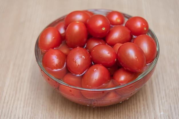 Tomates cerises sur la table