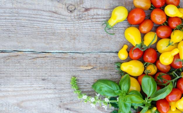 Tomates cerises sur le vieux fond en bois
