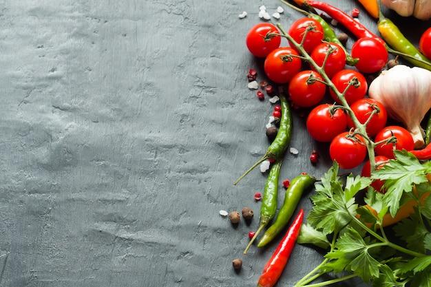 Tomates chili, ail et autres épices sur fond noir