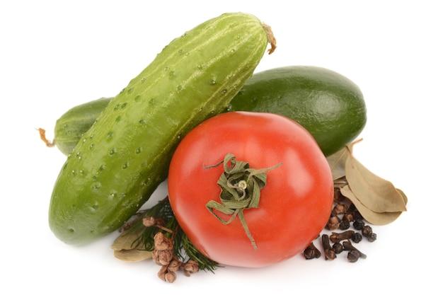 Tomates, concombres et épices sur fond blanc