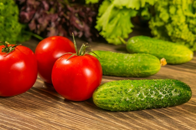 Tomates et concombres sur une table en bois