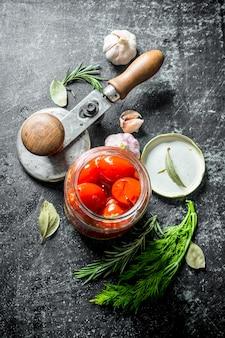 Tomates confites maison. sur fond rustique foncé