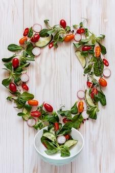 Tomates crues fraîches, concombres, bébés épinards et légumes verts de saison.