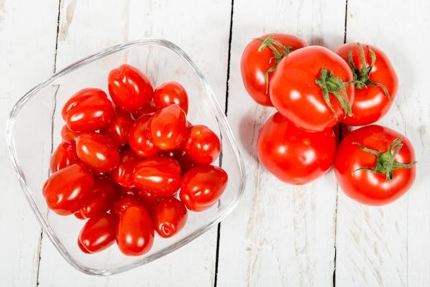 Tomates dans un bocal en verre sur une table blanche