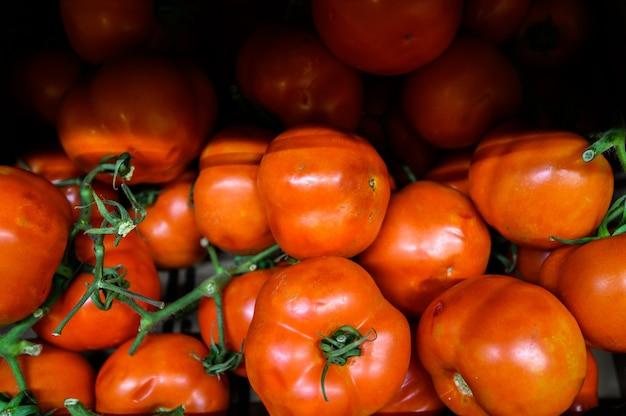 Tomates dans une boîte en bois, marché. produits écologiques de la ferme.